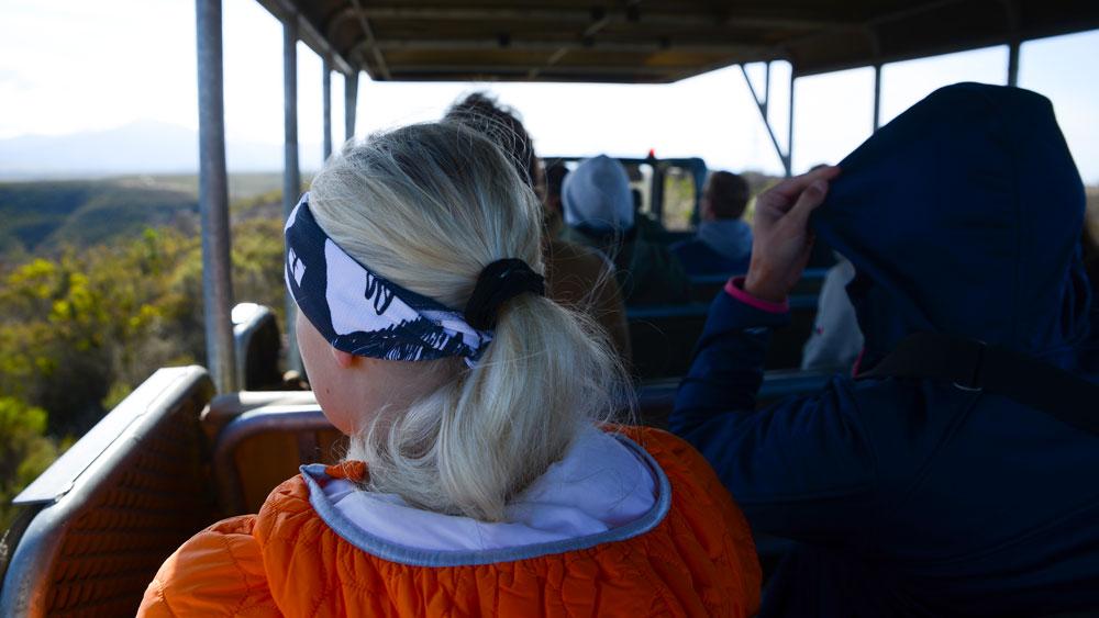 meninas dirigindo na tirolesa de montanhas