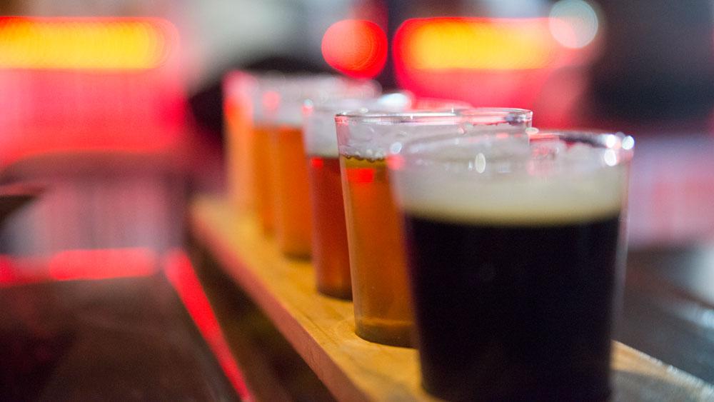 copos de cerveja em uma mesa