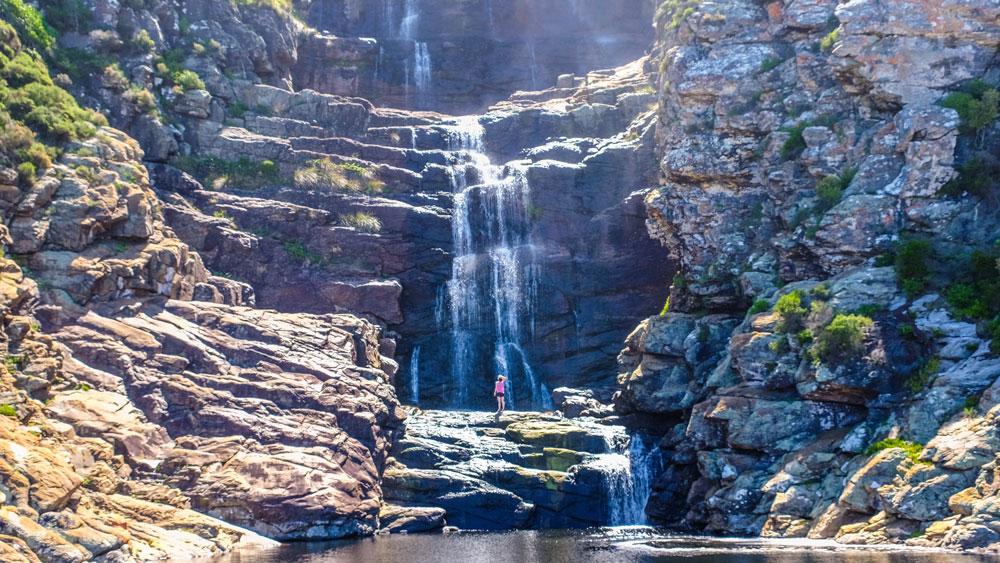 Wasserfall mit Schwimmern im Tsitsikamma Nationalpark