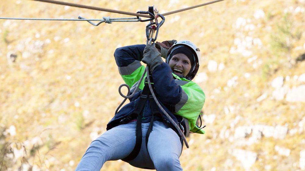 Mädchen am Seil beim Zip-Lining