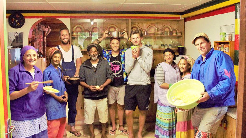 Reisegruppe bei Besuch bei Einheimischen