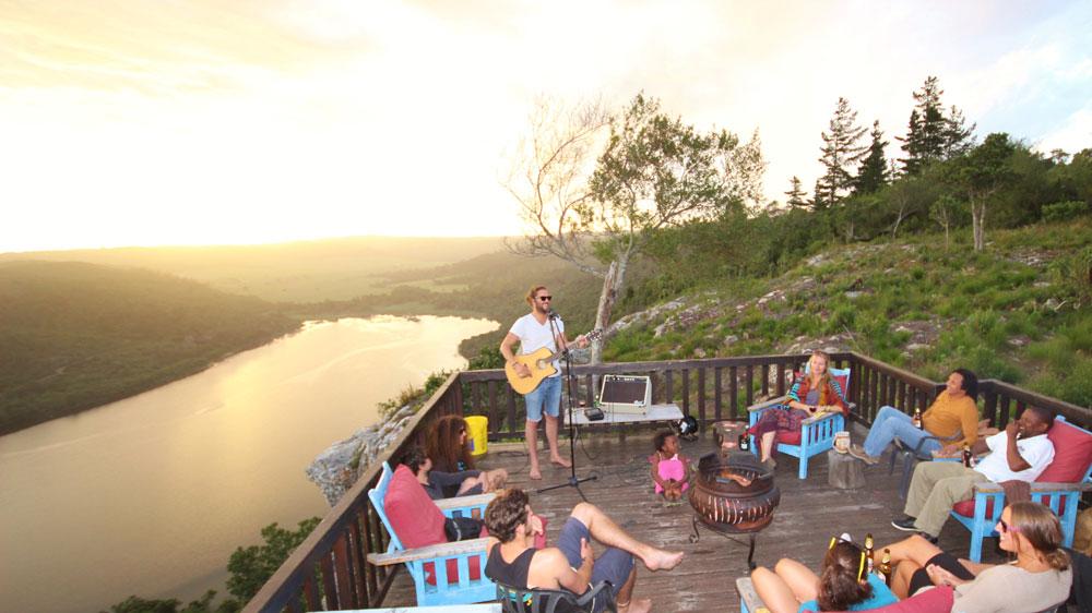 as pessoas gostam de música ao vivo em um convés do pôr do sol